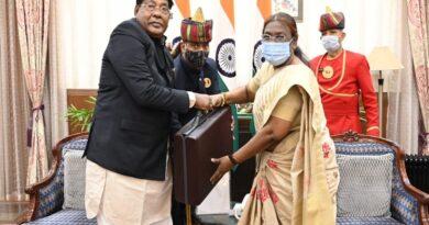 बजट पेश करने से पहले रामेश्वर उरांव ने राजभवन पहुंचकर राज्यपाल से मुलाकात की