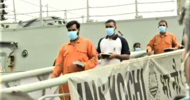 समुद्र में डूबे जहाज से बचाए गए 184 कर्मचारियों को मुंबई बंदरगाह लाया गया