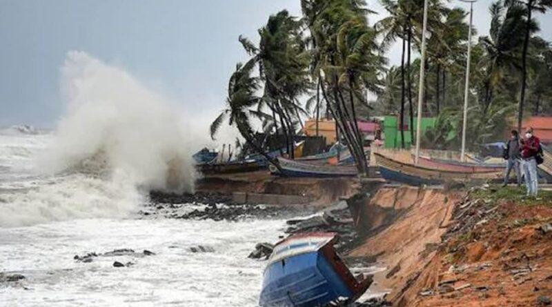 Cyclone Tauktae : गोवा में भारी बारिश व तेज हवाओं के कारण बिजली गुल, मुंबई में भारी बारिश की संभावना