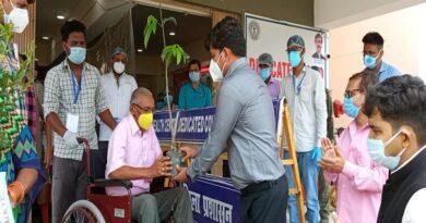 कोरोना से स्वस्थ हुए मरीजों को पौधे देकर सम्मान से साथ दी गयी विदाई