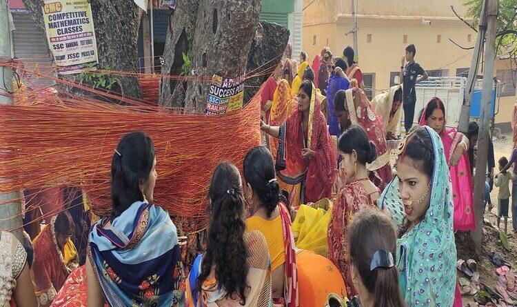 पति की लंबी उम्र के लिए सुहागिन महिलाओं ने की वट सावित्री पूजा