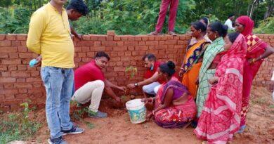 भाजपा नेता राजीव जयसवाल ने गोला मे किया पौधरोपण
