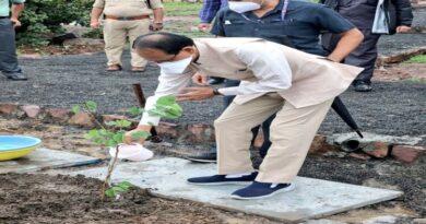 मप्रः मुख्यमंत्री ने स्मार्ट उद्यान में रोपा कचनार का पौधा