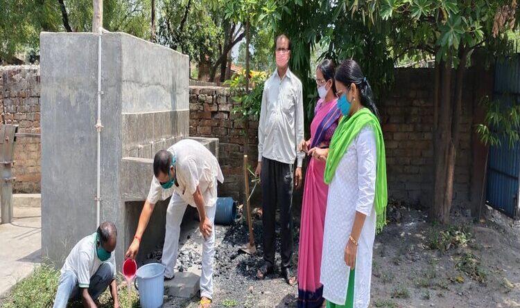 प्रधान लव कुमार नेतृत्व मे व ग्रामीणो के सहयोग से विभिन्न प्रकार के औषधिये