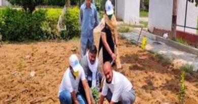 नमामि गंगे के कार्यकर्ताओं ने किया पौधरोपण, रक्षा का संकल्प