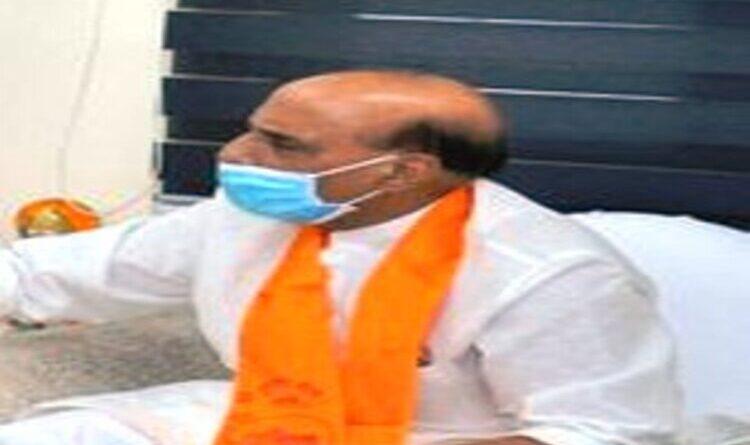 रक्षामंत्री राजनाथ सिंह पहुंचे लखनऊ, जनप्रतिनिधियों व कार्यकर्ताओं ने किया स्वागत