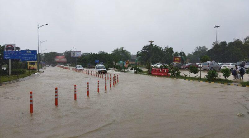 नवाबों के शहर लखनऊ का बारिश से बुरा हाल, बाढ़ जैसे हालात, जानिए अपडेट
