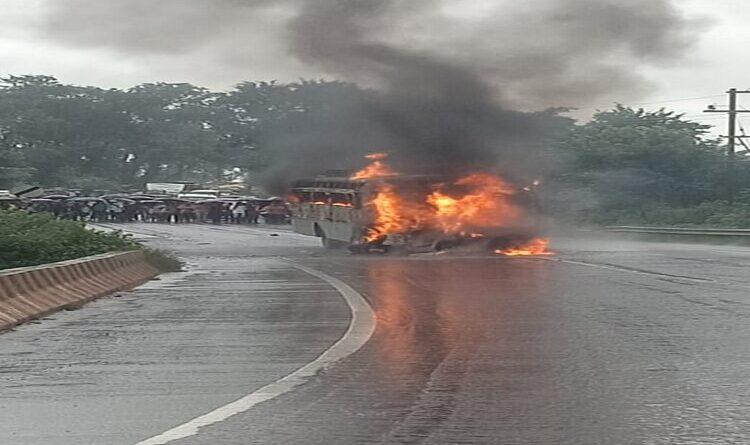 बस और कार की सीधी टक्कर में लगी भीषण आग, पांच जिंदा जले