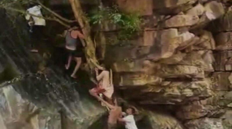 Viral Video: अचानक से आई बाढ़, उफनते पानी में फंस गए मां और 5 साल का बेटा, फिर जो हुआ…
