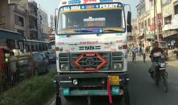 मोदीनगर में ट्रक ने मोटर साइकिल में मारी टक्कर, मां-बेटी की मौत, पिता गंभीर